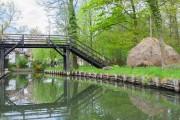 Brücke und Heuhaufen